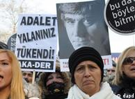 راکل دینک، همسر هرانت دینک، (وسط) در میان معترضان به حکم دادگاه استانبول (۲۸ دی)