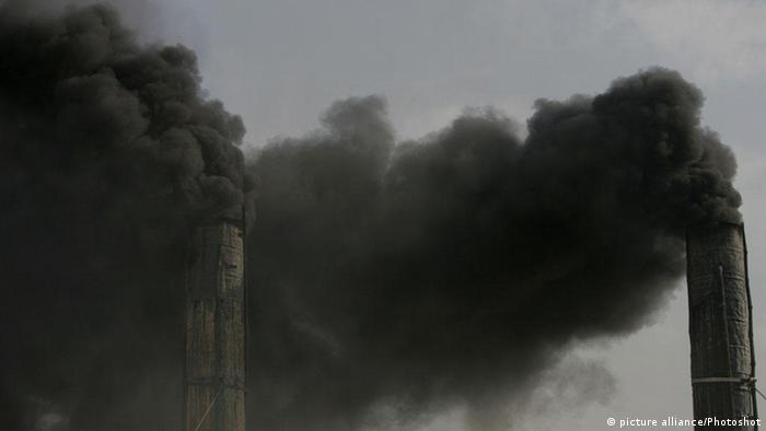 Schwarzer Rauch aus den Schornsteinen einer Ziegelei in Kabul (Foto: Ahmad Massoud)(dtf)