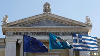 Flags from right, Greek, National Bank of Greece and the European Union flags wave outside the headquarters of the National Bank of Greece in Athens, on Friday, Sept. 23, 2011. Moody's ratings agency downgraded eight Greek banks by two notches Friday due to their exposure to Greek government bonds and the deteriorating economic situation in the country, whose government has struggled to meet the terms of an international bailout. (Foto:Petros Giannakouris/AP/dapd)
