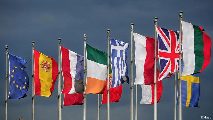 Symbolbild Finanzkrise Euro Vorschau EU-Gipfel Flaggen Dunkle Wolken