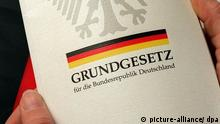 Grundgesetz-Deckblatt (foto:dpa)