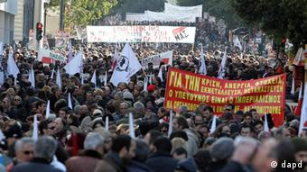 Protesters take part in a rally organized by the PAME Communist-affiliated union as they hold banners with anti-austerity slogans in Athens, Tuesday, Jan. 17, 2012. Strikes and demonstrations over austerity measures hit the Greek capital of Athens on Tuesday, as international debt inspectors returned to resume their scrutiny of the country's reforms. Banner at front reads: For the crisis, unemployment, poverty, exploitation, immigration...responsible the imperialism. Let's organize, unite and fight... (Foto:Thanassis Stavrakis/AP/dapd)