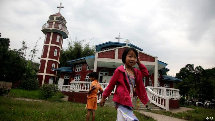 Kachin children walk outside a Catholic church in the border town of Laiza in Myanmar. (ddp images/AP Photo/Ng Han Guan)