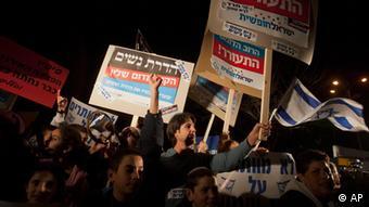 Israelis demonstrieren gegen die von Ultra-Orthodoxen geforderte Geschlechtertrennung; sie halten Schrifttafeln hoch, auf denen ihre Slogans stehen (Foto: AP)