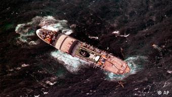 Hundimiento del crucero griego Oceanos, en 1991.