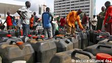 Nigerian men wait to fill jerry cans with diesel as another fuel shortage grips the city of Lagos, Nigeria Friday 13 April 2007. Nigeria is the worlds sixth largest producers of crude oil yet fuel and diesel shortages are common. On 21 April 61 million Nigerian voters will go to the polls to choose a new president in what will be the country's first transfer of power from one civilian ruler to another. The pre-election period has been characterised by violence and confusion leading to fears that Africa's most populous country will again fail to live up to international standards of democracy, continuing the legacy of authoritarian rule which has seen six military coups and three decades of military rule since independence in 1960. EPA/ANDREW ESIEBO +++(c) dpa - Report+++