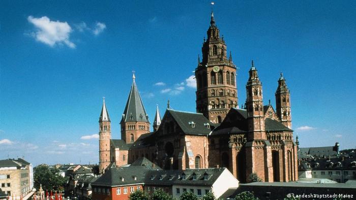 کلیسای جامع سنت مارتین در شهر ماینتس تاکنون دوبار جشن هزار سالگی خود را برگزار کرده است. یکبار در سال ۱۹۷۵ به مناسبت کلنگزنی در سال ۹۷۵ میلادی و یک بار هم در سال ۲۰۰۹ به مناسبت آغاز بهرهبردای از کلیسا در سال ۱۰۰۹ میلادی.