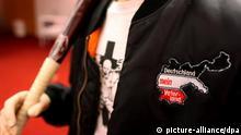 ARCHIV - Die Bekleidung eines Rechtsextremen ist am 08.04.2010 in Köln im Bundesamt für Verfassungsschutz (BfV) in der Ausstellung Die braune Falle zu sehen. Mit der Ausstellung will das BfV einen Einblick in die Strategien und Strukturen des Rechtsextremismus geben. Der Bundesinnenminister hat nach der beispiellosen Verbrechensserie von Neonazis in Deutschland dringend Aufklärung vom Verfassungsschutz gefordert. Foto: Oliver Berg dpa/lnw +++(c) dpa - Bildfunk+++
