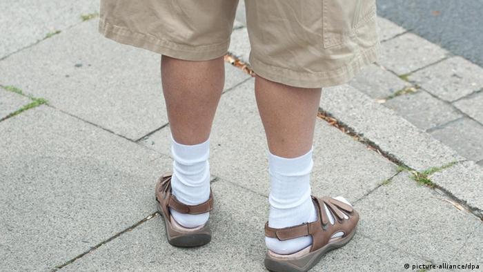 Ноги в носках и сандалиях