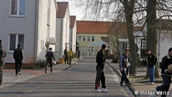 Взрослые и дети играют в футбол