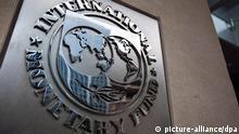 ARCHIV - Das Logo des Internationale Währungsfonds an dessen Hauptsitz in Washington (Archivfoto vom 18.05.2011). Der Internationale Währungsfonds (IWF) ist in der weltweiten Finanzkrise zu einem der wichtigsten Krisenhelfer aufgestiegen. Die Sonderorganisation der Vereinten Nationen greift ein, wenn Staaten Finanzschwierigkeiten haben oder ihnen der Bankrott droht. Der IWF hilft den Mitgliedsländern dann mit Krediten. Die Finanzhilfen des IWF sind meist an strenge Auflagen geknüpft - etwa an die Sanierung des Staatshaushalts. EPA/JIM LO SCALZO (zu dpa-Hintergrund: Stichwort: Internationaler Währungsfonds) +++(c) dpa - Bildfunk+++