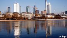 Deutschland Wirtschaft Symbolbild Bankenviertel in Frankfurt Hochhäuser Türme