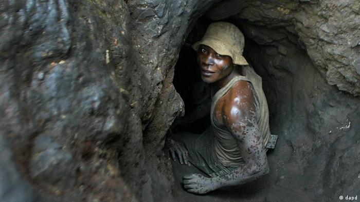 Minenarbeiter: Wie Maulwürfe buddeln sich die Minenarbeiter im Kongo in die Erde A man enters one of the tunnels dug with shovels in the Shinkolobwe Cobalt mine on Saturday, the mine is situated, 35km from the town of Likasi, in South Eastern, Democratic Republic of Congo, April 10, 2004. Amid world terror fears and concerns about unregulated nuclear materials, Congo's president issued a strict decree: The mining zone that provided uranium for the atomic bombs America unleashed on Hiroshima and Nagasaki must close immediately.(ddp images/AP Photo/Schalk van Zuydam)