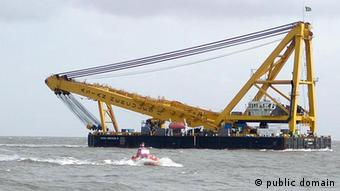 A special floating crane for salvaging ships at sea