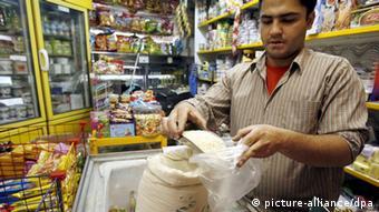 رضا، شهروند تهرانی میگوید:« :« نرخ کالاها هر روز دارد تغییر میکند.»