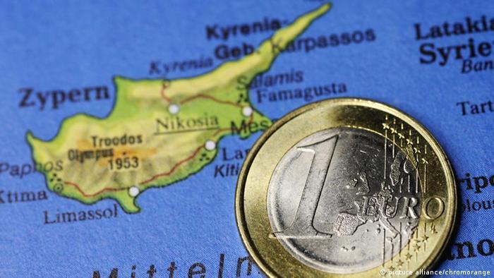 Монета евро на карте Кипра