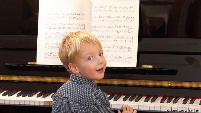 Mali dječak svira klavir