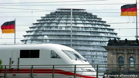 Berlin: Vor der gläsernen Kuppel des Reichstages, Sitz des Deutschen Bundestages, fährt ein Intercity ICE der Deutschen Bahn, aufgenommen am 13.07.2004 (Illustration zum Thema Verkehrspolitik).