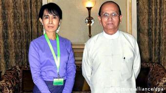 Myanmar democracy leader Aung San Suu Kyi (L) and President Thein Sein posing for a photo before their meeting at the presidential office in Naypyitaw, Myanmar, 19 August 2011. (Photo: EPA/MNA / HANDOUT)
