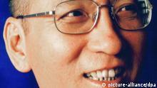 ARCHIV - Ein undatiertes Handout zeigt den inhaftierten chinesischen Dissidenten und Bürgerrechtler Liu Xiaobo. Aufgenommen hat das Bild seine Ehefrau, die Fotografin Liu Xia. Die prominenten chinesischen Bürgerrechtler Ai Weiwei und Hu Jia sind wieder auf freiem Fuß. Zahlreiche andere Regimekritiker sitzen in China aber weiter in Haft. Menschenrechtsorganisationen schätzen die Zahl auf 1500 bis zu mehr als 5500. Foto: Liu Xia dpa +++(c) dpa - Bildfunk+++