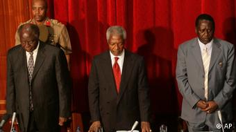 Kenyan President Mwai Kibaki, left, and former U.N. Secretary-General Kofi Annan, center, and opposition leader Raila Odinga, right, observe a minute of silence for the victims of the recent violence, Tuesday, Jan. 29, 2008 during the opening of the dialogue process, in Nairobi. Kibaki and Odinga together with mediator Annan formally opened the dialogue process, with the rivals under international pressure to share power. Odinga insisted what needed the most urgent attention was the resolution of the flawed election results, an issue Kibaki has indicated is not negotiable.(AP Photo/Karel Prinsloo)***Zu Dohrenbusch, Keine Entspannung der Lage in Sicht - Kenianischer Oppositionspolitiker in Nairobi erschossen***