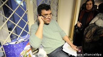 Boris Nemzows spricht am Telefon (Foto: ITAR-TASS/ Stanislav Krasilnikov)