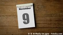 Kalenderblatt mit dem 9 November auf einem Holztisch