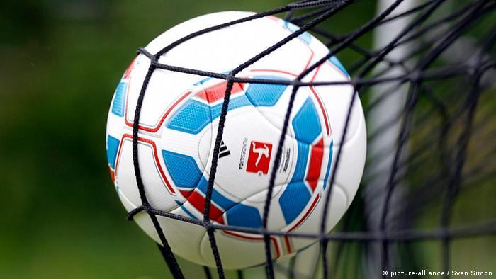 بایرن مونیخ در فصل ۷۲−۱۹۷۱ موفق شد مرز یکصد گل در یک فصل را پشت سر گذارد. ستارگان بایرن مونیخ در آن فصل مجموعا ۱۰۱ گل به ثمر رساندند؛ رکوردی که تا به امروز پا بر جاست.