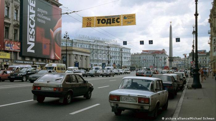 Dichter Verkehr auf dem Newski-Prospekt in St. Petersburg