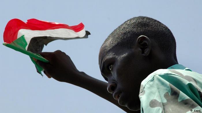 Sudan - Student mit sudanesischer Flagge (Foto: dapd)