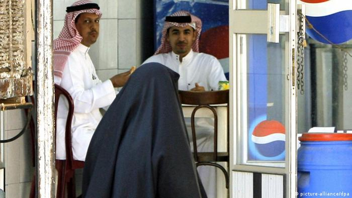 Verschleierte Frau in Saudi-Arabien (picture-alliance/dpa)