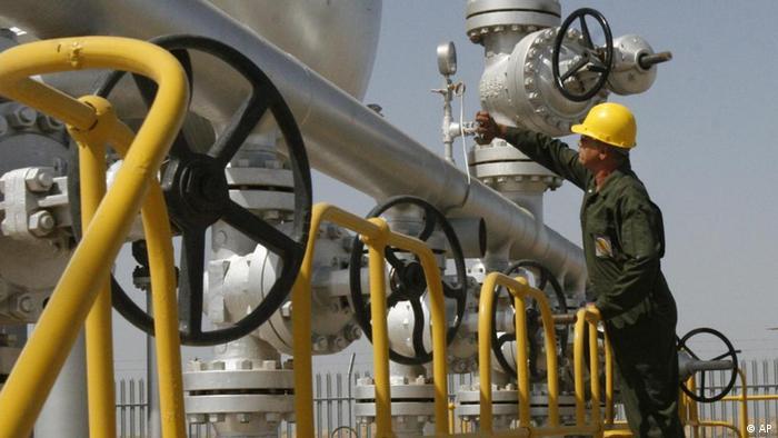 ARCHIV: Ein iranischer Techniker kontrolliert auf dem Oelfeld naehe der Stadt Ahvaz (Iran) eine Leitung (Foto vom 15.04.08). Nach wochenlangen Vorbereitungen wollen die EU-Aussenminister am Montag (23.01.12) ein Oelembargo gegen den Iran verhaengen. Durch die Austrocknung der Finanzierungsquellen sollen Teherans Atomprogramm gestoppt und neue Verhandlungen erzwungen werden. Bis zum Montag konnte ueber letzte Einzelheiten des Embargos keine Einigung erzielt werden. (zu dapd-Text)