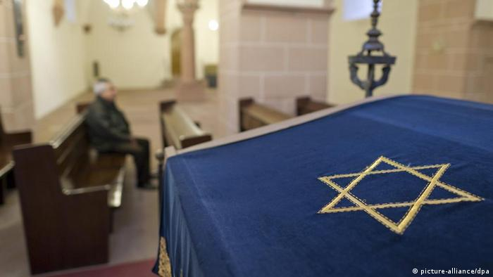 Interior of a synagogue with a Star of David (picture-alliance/dpa)