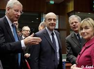 نشست وزیران امور خارجه اتحادیه اروپا: کارل بیلت (نفر دوم، چپ)، آلن ژوپه، (وسط) و خانم وانسا پوسیچ، وزیران امور خارجه سوئد، فرانسه و کرواسی