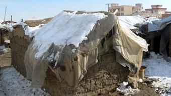 Schneebedeckte Lehmhütte mit Zeltdach in Kabul (Foto: DW)