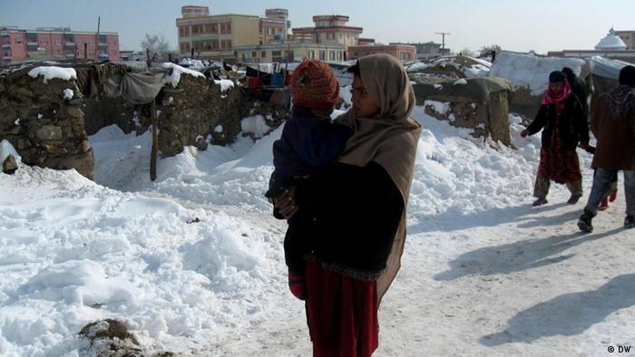 In Armut lebende Afghanen in Kabul müssen Winterkälte in notdürftigen Lehmhäusern verbringen. Copyright: DW/Hussein Sirat 23.01.2012, Kabul