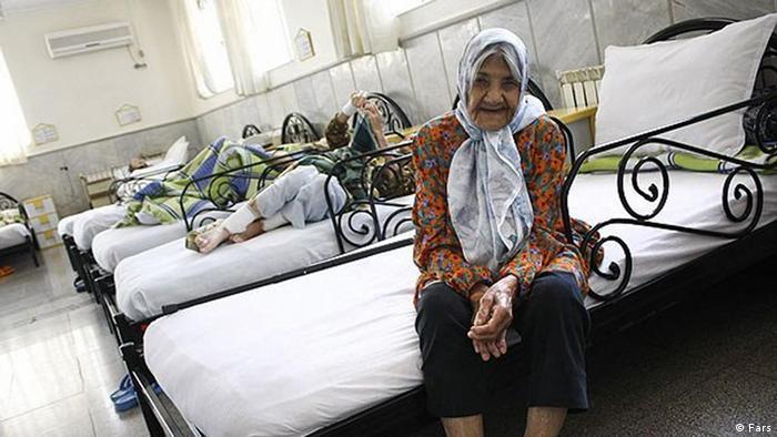 خانه سالمندان هنوز در ایران تابو و به منزله طردشدگی و بیکسی است. در کهریزک که یکی از قدیمیترین مراکز مردمنهاد برای مراقبت از سالخوردگان است، فقر و بیکسی معیار پذیرش معرفی میشود. محمدرضا صوفینژاد، مدیر آسایشگاه خیریه کهریزک میگوید سیاستگذاری کلان کشور باید مولفههای مختلفی در این زمینه را لحاظ کند، زیرا صرفا نمیتوان آسایشگاه ساخت.
