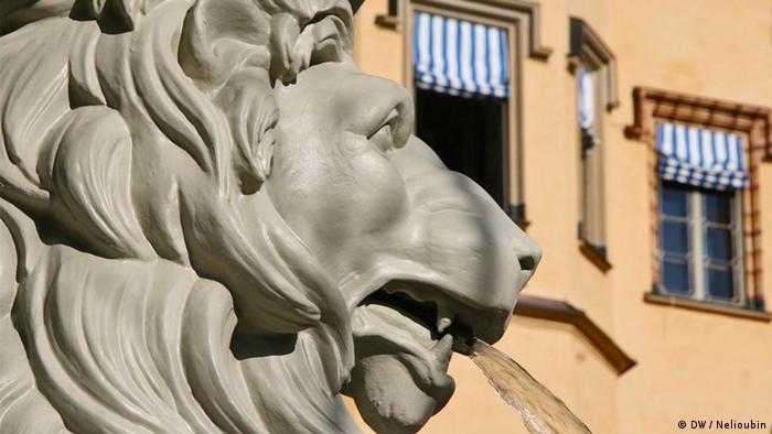 Лев на террасе замка