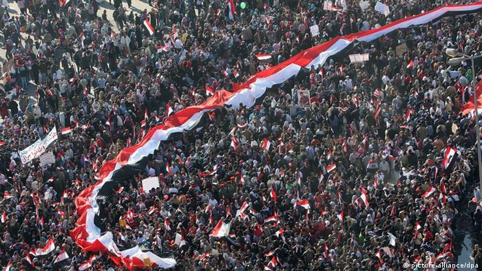 Egyptians carry a long national flag during a gathering in Tahrir square, Cairo, Egypt, 18 February 2011.EPA/KHALED EL FIQI +++(c) dpa - Bildfunk+++