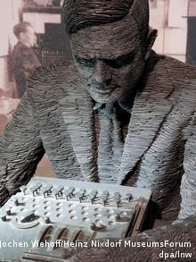 Один из экспонатов выставки - скульптурный портрет Алана Тьюринга с ''Энигмой''