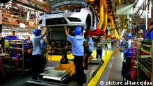 Arbeiter am Fließband bei Ford in Chonqing, China neu
