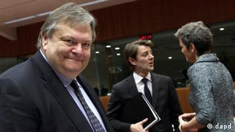 Greek Finance Minister Evangelos Venizelos, left, passes by French Finance Minister Francois Baroin, center, speaking with Danish Finance Minister Margrethe Vestager during a meeting of EU finance ministers in Brussels on Tuesday, Jan. 24, 2012. Greece's finance minister believes his country will be able to reach a deal with private bondholders to cut its debt, despite tougher terms set by its eurozone partners. (Foto:Virginia Mayo/AP/dapd)