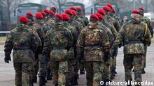 Soldaten der Bundeswehr des Panzerpionierbataillons 803 marschieren am Mittwoch (23.11.2011) in Feldanzügen in Havelberg (Landkreis Stendal). Foto: Jens Wolf