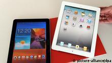 ARCHIV - Auf einem Tisch liegen am 17.08.2011 Tablet-Computer von Apple (r) und Samsung. Das Landgericht will am Freitag (09.09.2011) die Entscheidung im Ideenklau-Streit zwischen Apple und Samsung verkünden. Apple wirft Samsung vor, mit dem Tablet Galaxy Tab 10.1 das iPad kopiert zu haben. Foto: Federico Gambarini dpa/lnw +++(c) dpa - Bildfunk+++