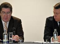 Patrick Byrne (iz) de Interpol y Russell F. Benson de la DEA.