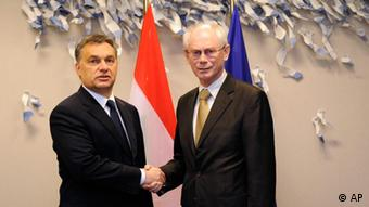 European Council President Herman Van Rompuy, right, shakes hands with Hungarian Prime Minister Viktor Orban, at the European Council building in Brussels, Tuesday, Jan. 24, 2012. (Foto:John Thys, pool/AP/dapd).
