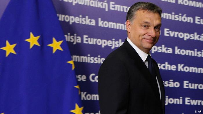 Hungarian Prime Minister Viktor Orban, looks up upon arrival at the European Commission headquarters in Brussels, Tuesday, Jan. 24, 2012. (Foto:Yves Logghe/AP/dapd).