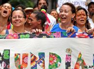 """2012年世界社会论坛开幕式上游行者展示带有葡萄牙语""""全世界""""字样的横幅"""