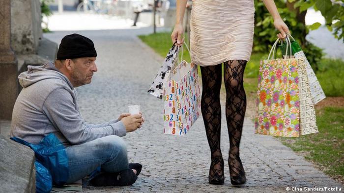 Bettler und Frau mit Einkaufstüten (Foto: Fotolia)