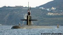 (ARCHIV) Das atombetriebene amerikanische U-Boot USS Newport News (SSN-750) der Los-Angeles-Klasse liegt vor der Küste Kretas im Souda Bay vor Anker (Archivfoto vom 25.10.2004). Das atomar betriebene Jagd-U-Boot USS Newport News ist im Arabischen Meer nahe der Straße von Hormus mit einem japanischen Tanker kollidiert. Es gebe aber keine Berichte über Verletzte, wie das Außenministerium in Tokio am Dienstag (09.01.2007) mitteilte. Foto: U.S. Navy/Paul Farley +++(c) dpa - Report+++